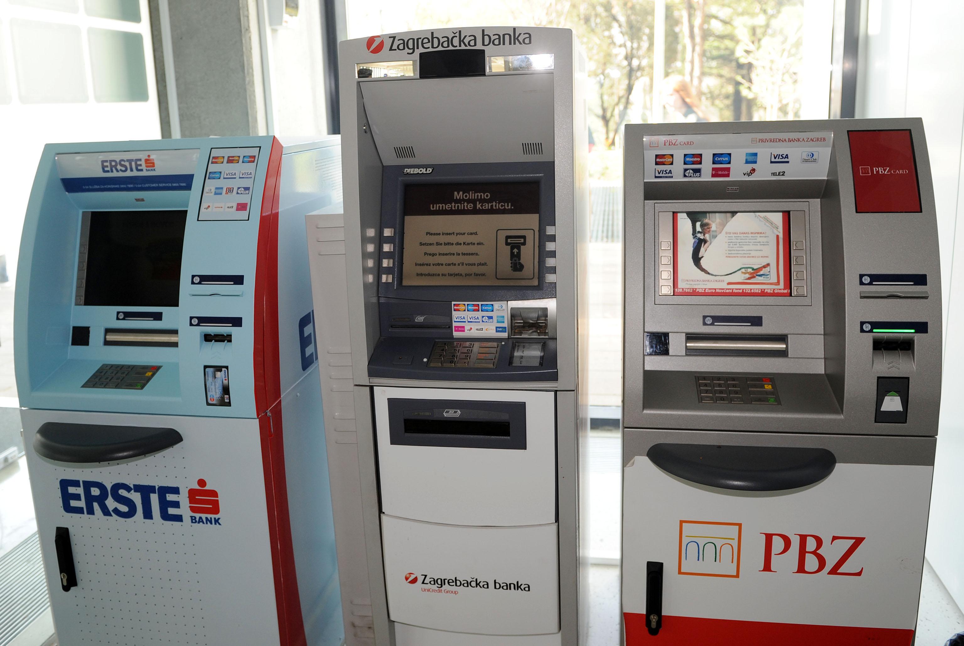 Rijeka,15.10.2012.ILUSTRACIJA banke bankomati   snimio:Silvano Ježina